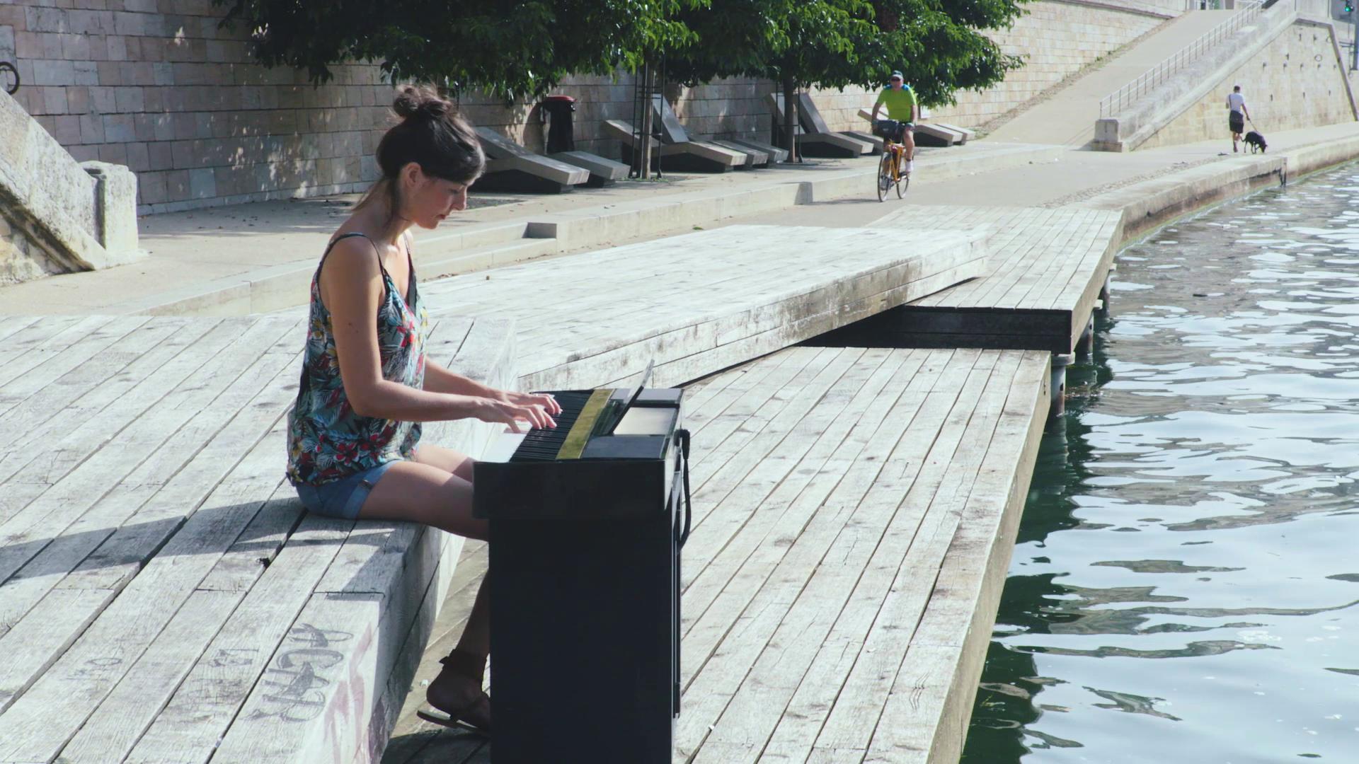 Pianiste qui joue au bord de l'eau